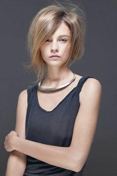 coupe asymétrique femme, collier en métal, cheveux fins couleur blond miel