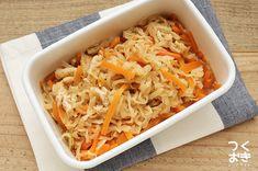 切り干し大根の煮物 : 定番の日持ちする常備菜、切り干し大根の煮物のレシピ。ほんのり甘いやさしい味で、朝昼晩いつ食べてもオススメな、覚えておいて損はない副菜です。汁気を軽く切れば冷凍保存もできるし、お弁当にも使えます。冷蔵保存7日 冷凍可能 | 切干大根 人参 油揚げ  byつくおき Popular Recipes, Japanese Food, Bento, Macaroni And Cheese, Lunch Box, Vegan, Dishes, Cooking, Ethnic Recipes