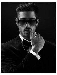 Best Mens Sunglasses, Trending Sunglasses, Wayfarer Sunglasses, Portrait Photography Men, Photography Poses For Men, Mens Photoshoot Poses, Male Models Poses, Look Man, Hommes Sexy