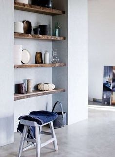Planken van hout in nis en met boeken vullen. De achterwand in de nis mag een hele donkere grijstint krijgen. Kleur binnenkant boekenkast Studio Green F&B No. 93