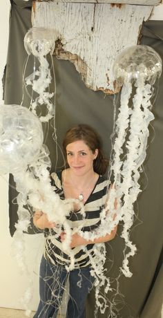 Emily Rigney, a fourth-year art and biology student at VIU, has created replicas of jellyfish made from discarded water bottles and garbage bags that wash up on Nanaimo beaches. Jellyfish Light, Jellyfish Art, Medusa, Recycled Art Projects, Deco Nature, Trash Art, Plastic Art, Plastic Recycling, Science Art