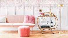 Fin de año con glamour Una casa para lucirse  El año se acaba y llega el momento de celebrarlo. Además de las uvas y el champán, no hay nada como una dosis de glamour para despedirlo por todo lo alto. Y eso es lo que te proponemos: dar un giro a la decoración para añadir un tratamiento de sofisticación y elegancia a tu casa. Una pieza dorada, un espejo con formas caprichosas, tapizados lujosos... son solo algunas formas de conseguirlo. Living Rooms, Lounge, Glamour, Throw Pillows, The Originals, Bed, Furniture, Home Decor, Home