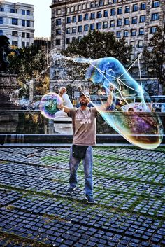 making a Show with water bubbles at plaza catalunya