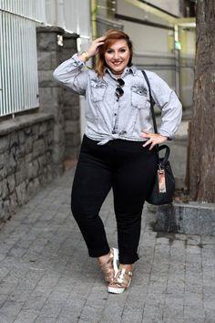 Jeans plus size: camisa com acid wash e calça preta