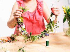 Katso video: Näin sidot helpon kukkaseppeleen