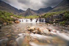 The Fairy Pools en Écosse The Fairy Pools sont situées à Glen Brittle sur l'île de Skye dans l'archipel des Hébrides intérieures. Les piscines des fées vous accueillent pour une baignade, dans des lacs alimentés par des cascades, placée sous les couleurs vives de ce lieu exceptionnel.