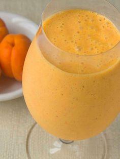 Frullato smoothie di albicocche e latte di mandorle: un composto freschissimo a base di frutta di stagione, addolcito da miele e latte vegetale.