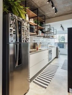 Practicality and functionality are the premises of MaxHaus Apartment project, with versatile spaces that cover all types of use. Kitchen Furniture, Kitchen Decor, Open Plan Apartment, Loft Interiors, Apartment Projects, Industrial House, Inspired Homes, Interior Design Kitchen, Cool Kitchens