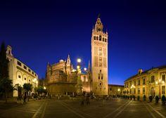 Bonita foto eh? Espectacular color del cielo. Cuánta razón en  esa canción que habla del color especial de #Sevilla. Es la Plaza Virgen de los Reyes, en el centro de la ciudad. HM