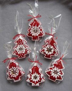 Learn how to make easy and fun Christmas treats for kids to make - sugar cookies! These recipes are super easy to make and will make the perfect holiday desserts over the festive season! Christmas Sugar Cookies, Christmas Sweets, Christmas Cooking, Noel Christmas, Christmas Goodies, Holiday Cookies, Christmas Crafts, Italian Christmas, Snowman Crafts