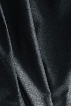 FLANELLA:  tessuto di lana pettinata o cardata. Calda, morbida e soffice. Quella più pesante viene chiamata impropriamente vigogna. Un classico intramontabile il pantalone in flanella grigia, sia per donna che per uomo. La flanella di cotone, molto simile alla felpa, ha la superficie pelosa ed è utilizzata per camicie, camicie da notte, pigiami e lenzuola.