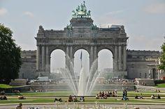 La fontaine devant les arches.