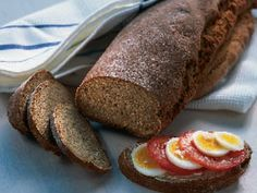 Bra vardagsbröd; det är saftigt och hållbart och går att skära i tunna skivor. -- Min mormors gamla recept vill jag gärna ska komma fler brödbakare till gagn. Degen är tung och brödet bakas enklast i köksmaskin, men det går också bra för hand.