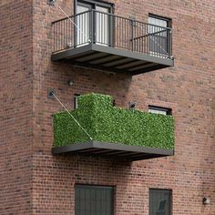 Artificial Ivy Hedges for Balcony Railings.why not try to decorate your balcony with such Artificial Hedges? Condo Balcony, Apartment Balcony Decorating, Apartment Balconies, Balcony Privacy, Balcony Plants, Balcony Railing, Balcony Gardening, Outdoor Living Furniture, Artificial Hedges