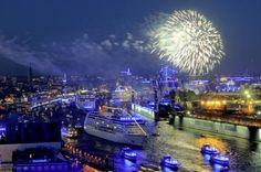 """Die Traumschiffparade der Hamburg Cruise Days lockte dieses Wochenende eine halbe Million Zuschauer in den Hamburger Hafen. Fünf Kreuzfahrtschiffe durchfuhren den als """"Blue Port"""" inszenierten zweitgrößten Hafen Europas und verwandelten ihn in eine Showbühne. Das Event plus unzählige Traumschiffanläufe, spektakuläre Schiffstaufen und der Hafengeburtstag als größtes Hafenfest der Welt machen die Stadt zum Kreuzfahrt-Hotspot Europas (Foto:Dirk ..."""