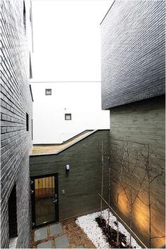 Skiplex Home(스킵플렉스 홈) : 서로 교차하며 감싸 안은 자매의 집 : 네이버 포스트 Interior Architecture, Garage Doors, Stairs, Building, Outdoor Decor, House, Home Decor, Architecture Interior Design, Stairway