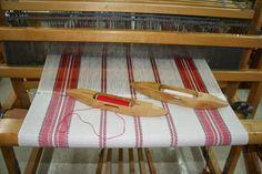 Notre choix s'est arrêté sur ce bel échantillon de tissus qui a inspiré le montage de linge à vaisselle le patron .... je vo... Dish Towels, Tea Towels, Weaving Patterns, Knitting Patterns, Slouch Beanie, Textiles, Weaving Projects, Tear, Weaving Techniques