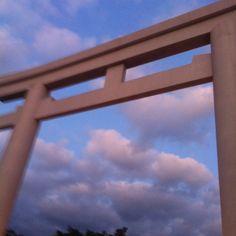 照国神社の鳥居越しの空