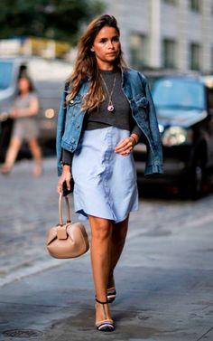 Street style look com jaqueta jeans e camisa saia.