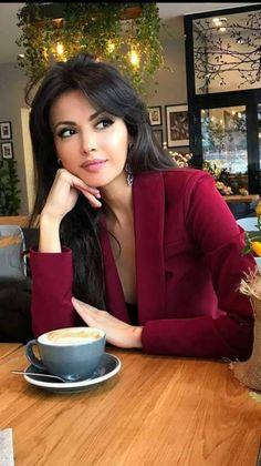 Beautiful and sweet girls Most Beautiful Faces, Beautiful Eyes, Gorgeous Women, Belle Silhouette, Coffee Girl, Photography Poses Women, Brunette Beauty, Woman Face, Beauty Women