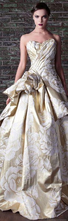 Atemberaubende White & Gold Wedding Gown - ein Schritt in Richtung Glamour Style Couture, Couture Fashion, Net Fashion, Gothic Fashion, Dress Fashion, Fashion Outfits, Beautiful Gowns, Beautiful Outfits, Gorgeous Dress