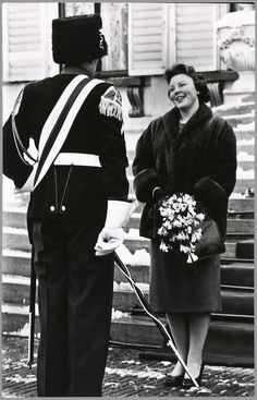 Op haar 22ste verjaardag begroet prinses Beatrix één van de leden van het muziekcorps van de Koninklijke Marechaussee. Dit gezelschap bracht op paleis Soestdijk een aubade ten gehore