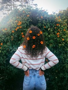 Image about flowers in poses para tus fotos by ℳαrtιηα Portrait Photography Poses, Tumblr Photography, Creative Photography, Free Photography, Photography Business, Photography Backdrops, Photography Lighting, Photography Studios, Product Photography