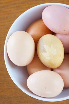 Jaja wielkanocne, naturalnie farbowane pastele.