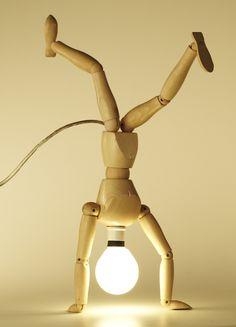 1 mannequin d'artiste en bois + 1 ampoule + 1 douille et du fil électrique = une lampe en mouvement ! Mannequin Lamp by chicoabrao: Thanks to @jen Murnaghan !' #Lamp #Mannequin