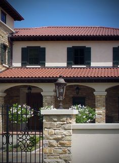 Exterior Stone Tile Roof House w/ Outdoor Full or Thin Veneer Stone Facade Chilton Rustic No Reds – House Design Ideas Exterior Tiles, Rustic Exterior, Exterior Design, Stone Veneer, Stone Masonry, Ex Hacienda, Brick Roof, Red Roof House, Stone Facade