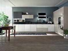 peinture murale cuisine grise, armoires en blanc, gris et beige et un tapis shaggy en gris foncé