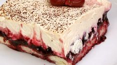 Black Forest Tiramisu The post magic cake appeared first on Food Monster. Postres Halloween, Dessert Halloween, Halloween Cookie Recipes, Halloween Cookies, Halloween Decorations, Halloween Costumes, Tiramisu Dessert, Desserts Sains, Health Desserts
