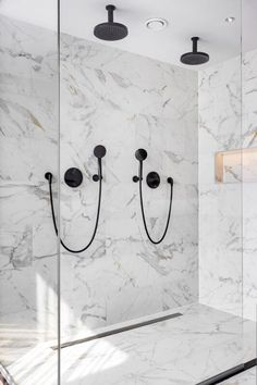 Badkamer Van der Valk - Regge Tegels & Vloeren White Bathroom, Modern Bathroom, Toilet Hotel, Home Decor Kitchen, Master Bath, Interior Inspiration, House Design, Voordelen Van, Pot Filler