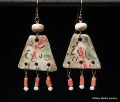 Cour espagnol boucles d'oreilles sur connecteurs en céramique grande en rose et vert avec des os hauts de forme et corail dangles, unique OOAK