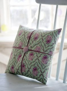 Pleated cushion free tutorial by Debbie Shore