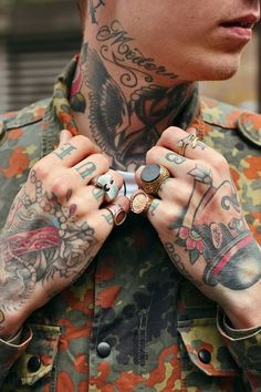 Old school tattoos on this guy. Some on the hands, a sand clock with wings on the neck and some writings on the fingers and the neck. #tattoo #tattoos #ink #inked