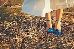 robe blanche chaussures bleues