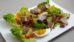 La salade niçoise est une spécialité culinaire de Nice. Elle peut être composée de crudités, de pommes de terre, de thon et de câpres.