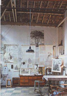 Beautiful high ceiling in this creative workspace · Modern Workspace Design · Creative Studio · Artist Desk · Home Office Atelier Loft, Atelier D Art, Home Design, Studio Design, Studio Art, Small Studio, Garage Art Studio, Loft Studio, Painting Studio