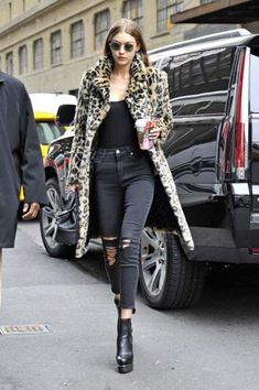 Gigi Hadid's Street Style is Pulled Straight Out of Kate Moss's Playbook Leopard coat, black jeans, black booties Estilo Gigi Hadid, Gigi Hadid Style, Celebrity Outfits, Celebrity Style, Look Fashion, Winter Fashion, Gigi Hadid Outfits, Gigi Hadid Fashion, Gigi Hadid Jeans