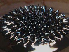 Ferrofluid Fractal은 액체자석을 이용한 인터액티브 아트이다. 관객은 자석들을 자유롭게 움직이고 만화경이 설치된 카메라가 실시간 비디오를 프로젝터로 상영한다. 각각의 관객이 저마다의 무한한 우주가 담긴 프랙탈 패턴을 볼 수 있다.