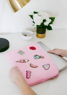 Necklaces Diy DIY Patch Laptop Case - We're back with another simple DIY project! We've been really into the patch trend lately. They're showing up. Diy Craft Projects, Fun Diy Crafts, Homemade Crafts, Diy Pullover, Diy Sweatshirt, Do It Yourself Inspiration, Diy Inspiration, Diy Laptop, Custom Laptop