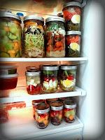 Pre-made meals in mason jars. I'm kind of into mason jars. And this goes with my usual theme of cooking once a week & eating leftovers. But with this, I wouldn't have to eat leftovers. Mason Jar Meals, Meals In A Jar, Mason Jars, Canning Jars, Glass Jars, Konservierung Von Lebensmitteln, Do It Yourself Food, Eat Better, Better Life