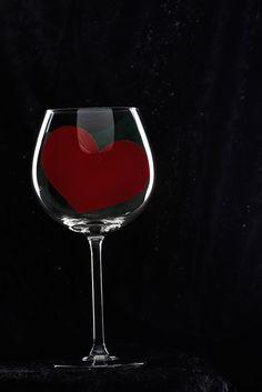 Elegante e raffinato. Un'idea per la vetrina di San Valentino pronta all'uso se vendi vino o prodotti di oggettistica per la casa!