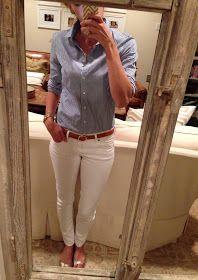 Camisa celeste + pantalones blancos + cinturón marrón + sandalias marrones