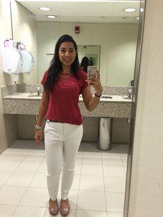 Calça branca, blusa vermelho carmim, acessórios dourado e prata