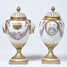 Par de ânforas em porcelana francesa decoradas com corn..