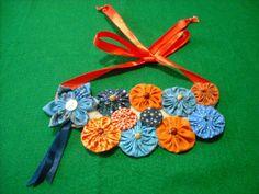 Lindo maxi colar de fuxicos, botões e fitas, com base em feltro, feito artesanalmente.                                                                                                                                                                                 Mais