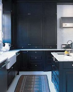 Black cabinets are often used to give a room a modern look easily. Kitchen Industrial Design, Retro Kitchen Decor, Modern Kitchen Design, Interior Design Kitchen, New Kitchen, Stylish Kitchen, Awesome Kitchen, Kitchen Floor, Modern Industrial