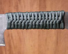 Learn how to make cool paracord knife handle wrap patterns and designs with step-by-step instructions to guide beginners perfectly. Knife Handle Making, Knife Making Tools, Paracord Knife Handle, Trench Knife, Paracord Knots, Paracord Braids, Rope Knots, Electric Knife, Metal Welding
